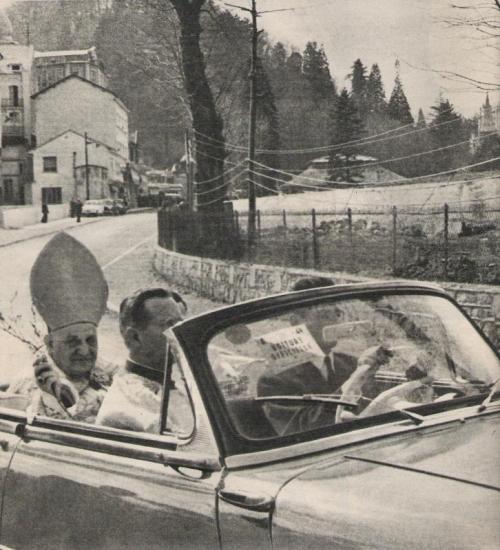 Monseigneur  Roncalli, le futur pape Jean XXIII à Lourdes dans un cabriolet Dyna Z15.jpg