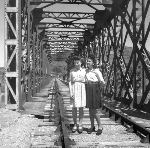 Francine Hillat qui habitait rue du pont de l'Hers et Henriette Saurat Photo Maurice Mazon.jpg